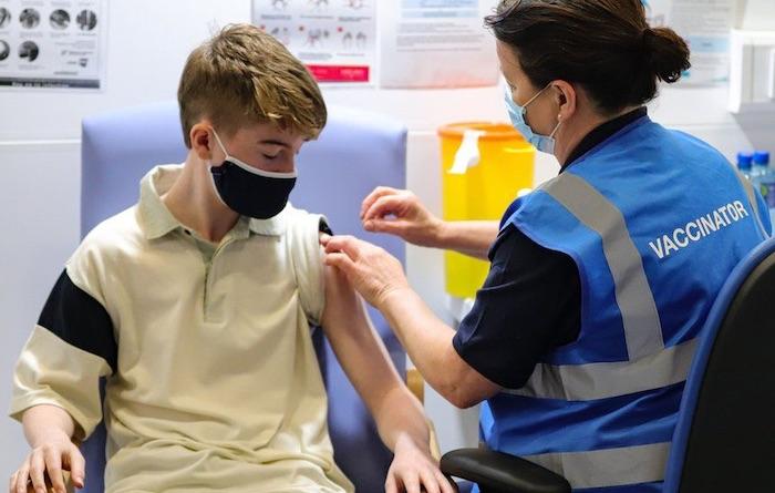 Covid : le gouvernement britannique ouvre la « vaccination » aux 12-15 ans