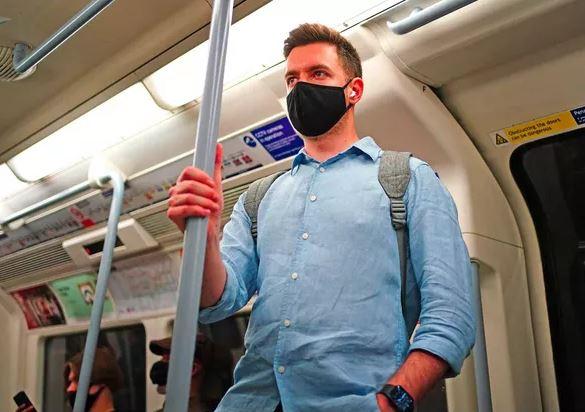 Des Londoniens chutent et meurent dans le métro, de peur d'attraper le Covid en tenant la barre