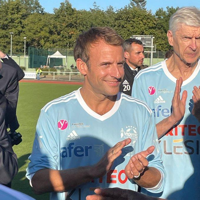Emmanuel Macron (Variétés club de France) marque un penalty contre les soignants
