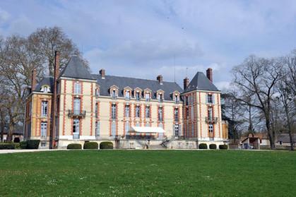 La solution au problème des sans-abris : réquisitionner les chateaux des syndicats et comités d'entreprises ! dans 2012 Fontenay-les-briis-CGT-492ae