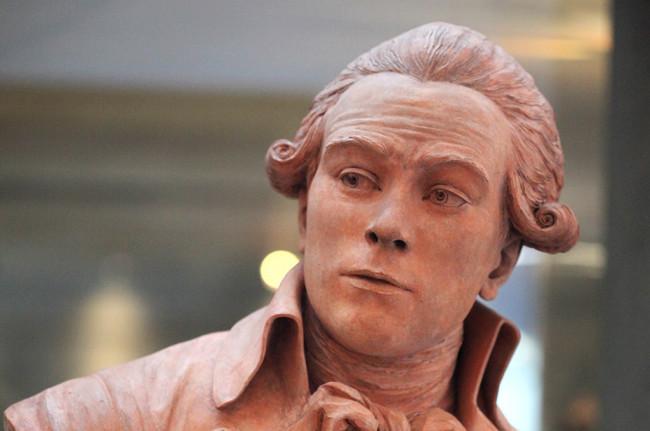 Maximilien Robespierre  buste en terre cuite de Claude,André Deseine,  1791. Exposé au château de Vizille (Isère)